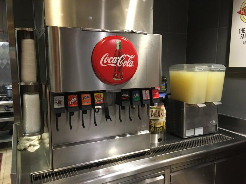 ファーストフード店でよく見かけるソーダのマシーン