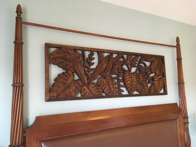 ハワイアンな装飾が施されたベッド