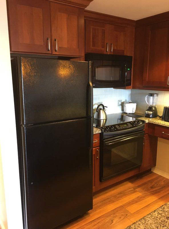 キッチンの冷蔵庫、レンジ、コンロ