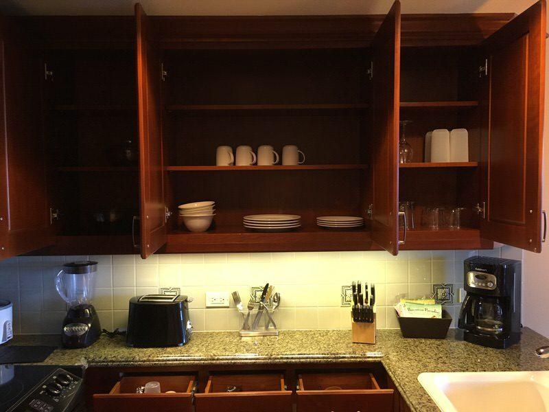 キッチンの棚には食器類