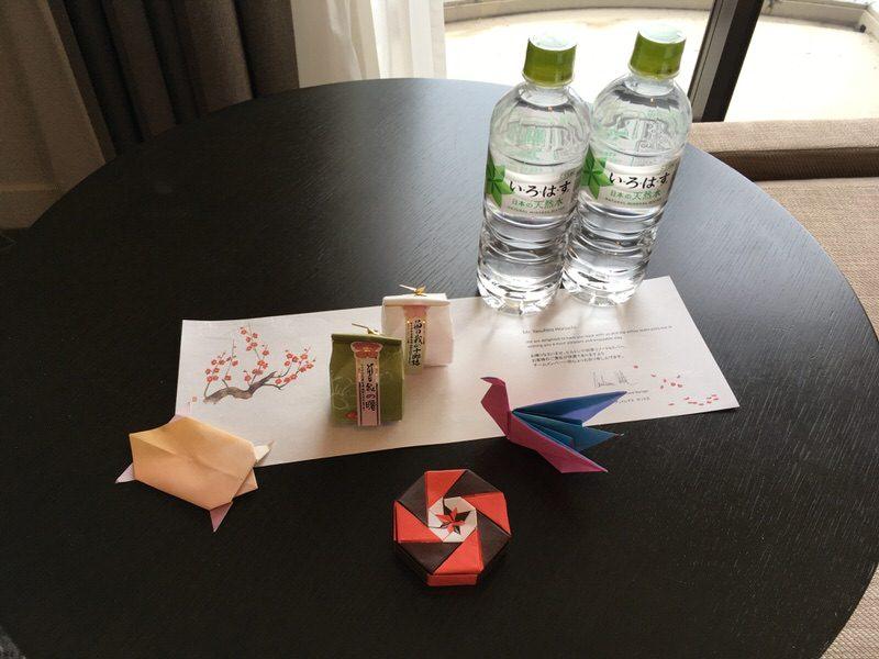 テーブルには和菓子とお水のサービスが。