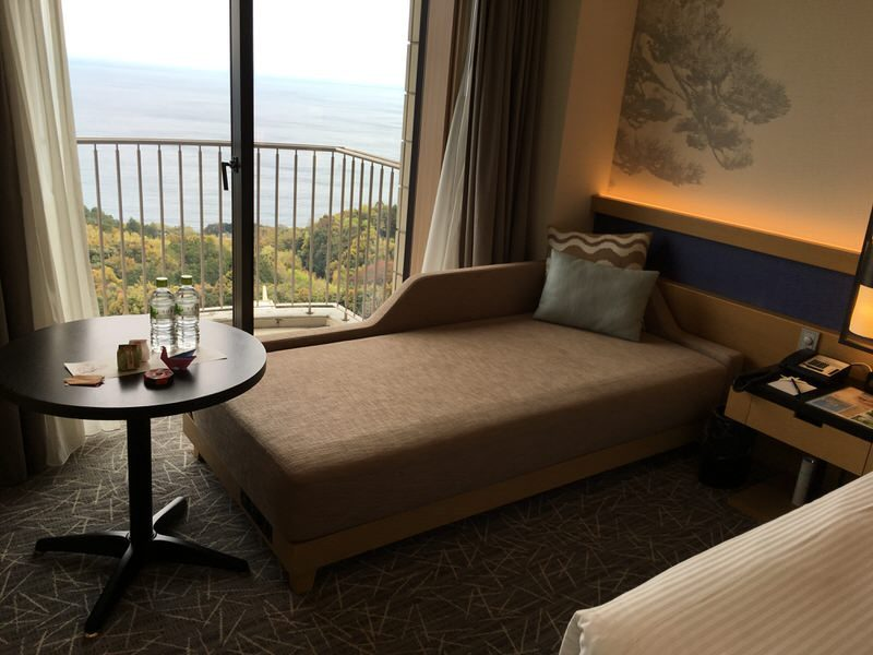 洋室のソファーとテーブル