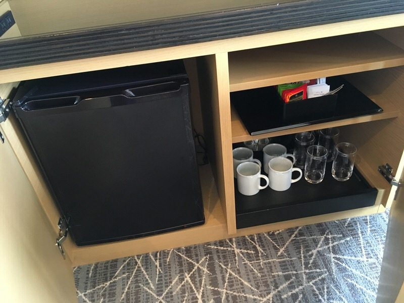 テレビの下の冷蔵庫とティーセット