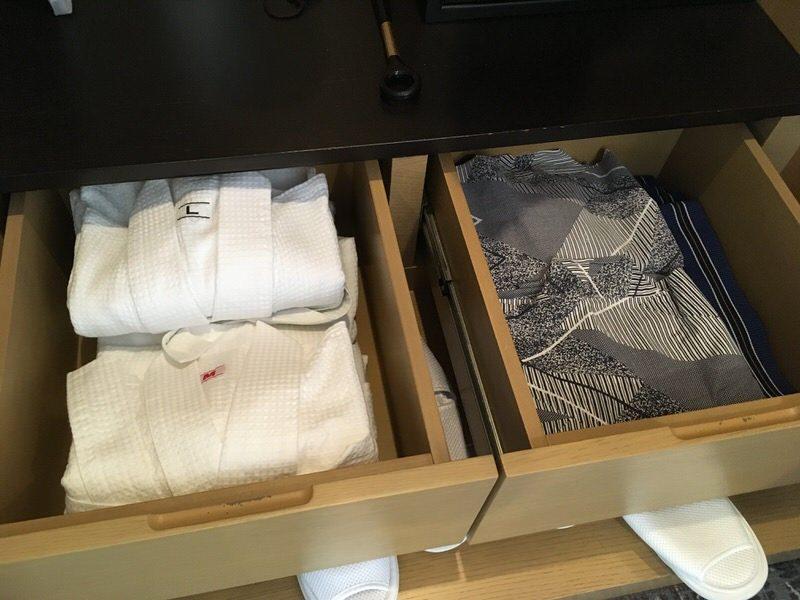 クローゼットの引き出しに入った浴衣とバスローブ