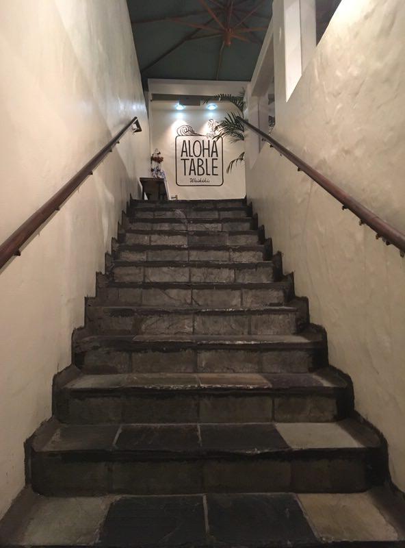 アロハテーブル・ワイキキ 2階の店内へと続く階段