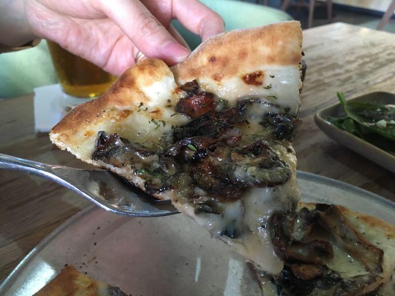 ハッピーアワー価格10ドルのWild Mushroom Pizza