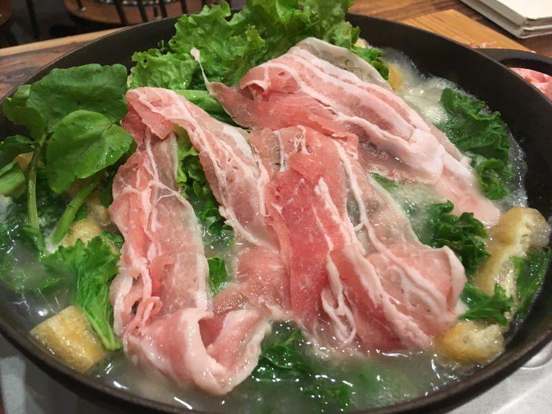 肉も野菜も全部放り込んでグツグツ煮ます