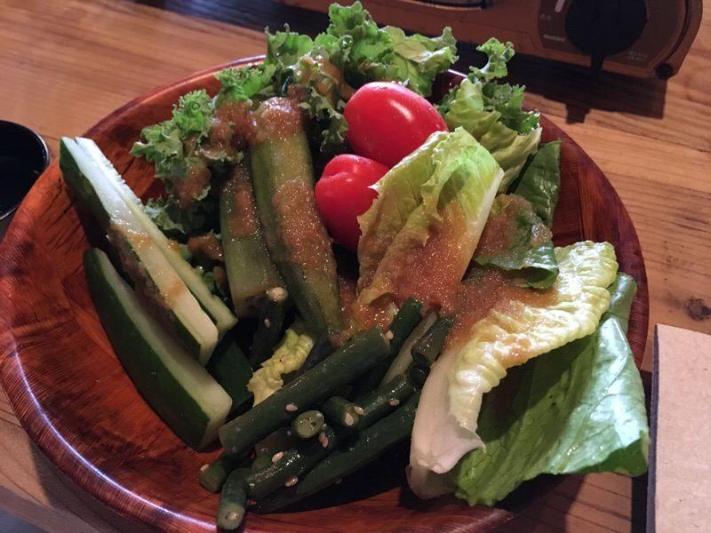 取り放題の野菜をまずはサラダで