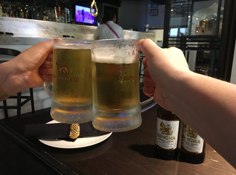 5ドルのシンハービールで乾杯!