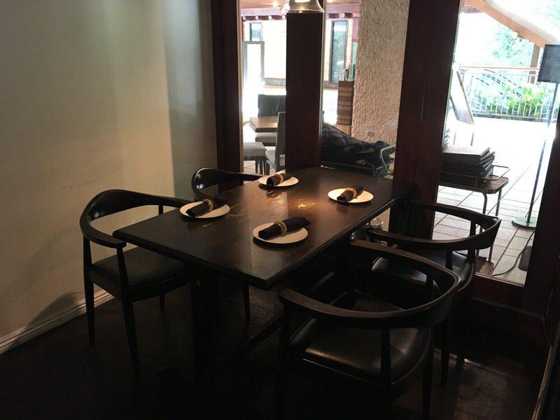 バーカウンター後ろにあるテーブル席