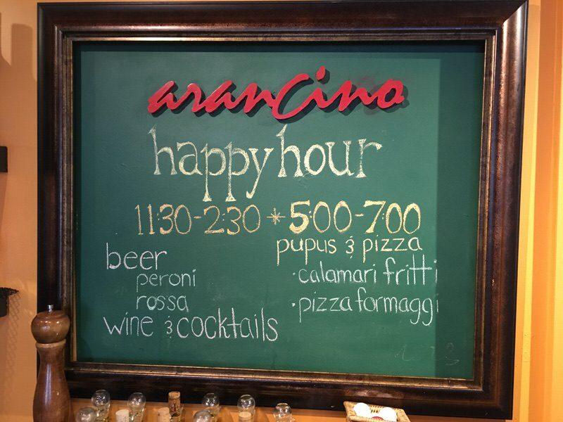 アランチーノ・ディ・マーレのハッピーアワーについて書かれた看板