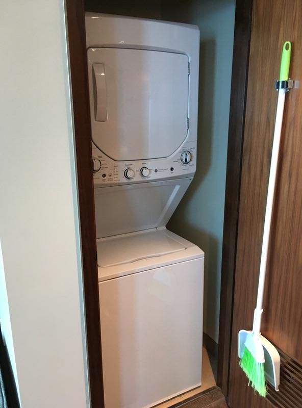キッチン近くの扉を開けると洗濯乾燥機