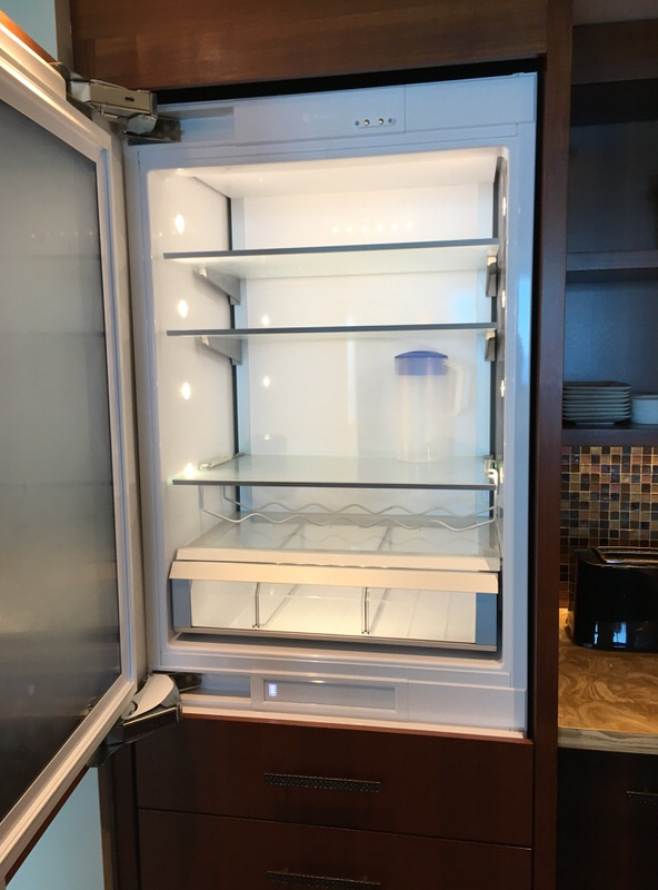 ガラス張りでスケスケな冷蔵庫