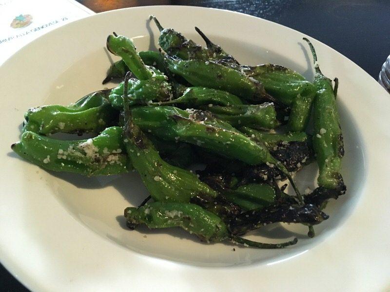 しし唐グリル Charred shishito peppers 6ドル (通常12ドル)