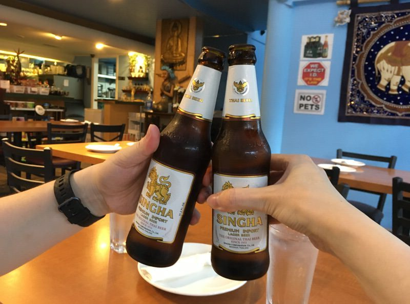 6ドルのシンハービールで乾杯!