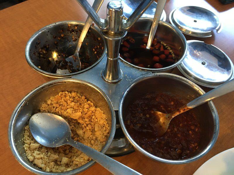 最初に運ばれてきたタイ料理定番の4種類の調味料