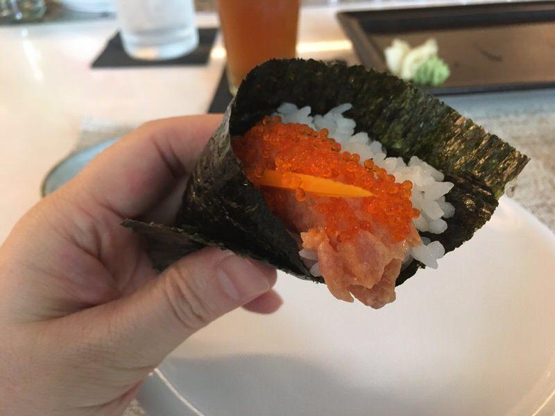 スパイシーマグロの手巻き寿司 1本4ドル
