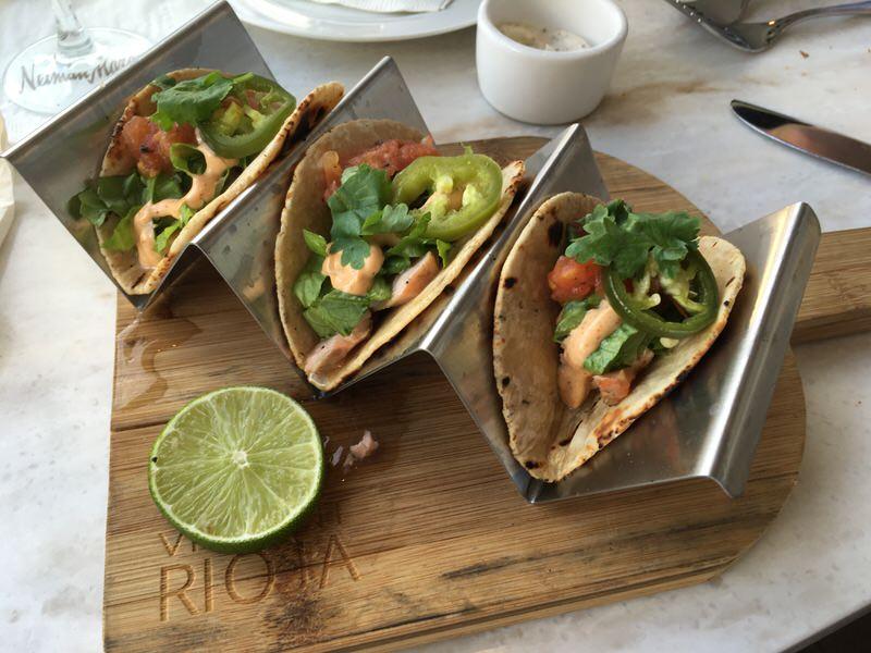 Grilled Salmon Tacos (グリルドサーモンタコス) 10ドル