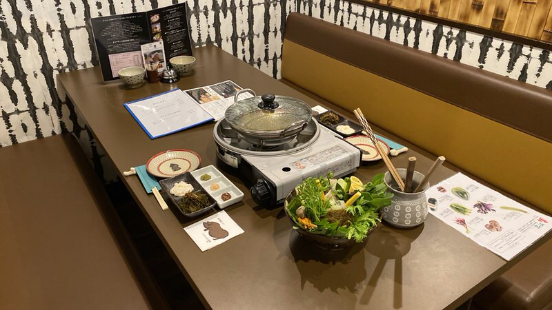 鍋がセッティングされたテーブル